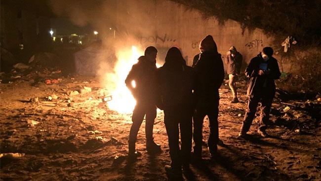 """Flyktingarna i """"Calais jungle"""" försöker natttid korsa Engelska kanalen för att komma till Storbritannien. Brittiska anarkister hjälper dem att reda ut hur man söker socialbidrag på bästa sätt. Foto: Malachy Browne (CC-BY2.0)"""