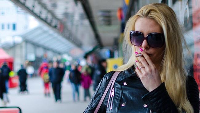 Vänsterpolitiken slår hårt mot Kajsa Ekis Ekman – nu rasar hon mot rökförbudet