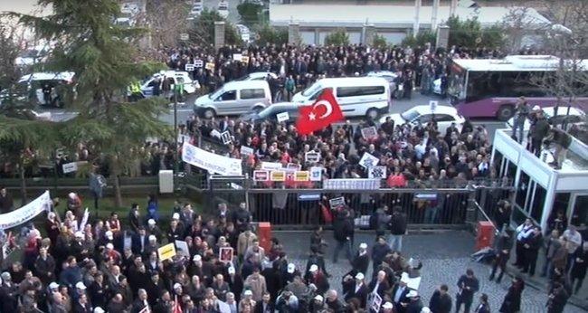 Den turkiska oppositionstidningen hamnar under statlig tvångsförvaltning. Människor samlas i protest mot myndigheternas tillslag. Foto: Youtube