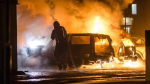 """Social oro och fler bilbränder kan bli en effekt av en djup ekonomisk kris enligt rapporten """"Sverige in i dimman – ett obehagligt sannolikt krisscenario"""". Foto: Nyheter Idag"""