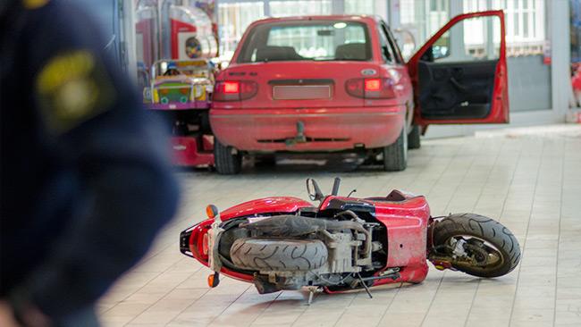 Bakom bilen låg en moped eller motorcykel på golvet. Foto: Nyheter Idag
