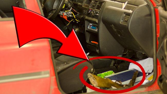 Här ligger vapnet kvar på golvet i bilen. Foto: Nyheter Idag