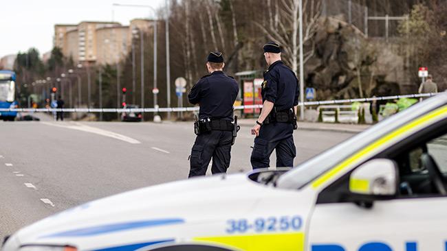 Hallundavägen i höjd med Norsborg var helt avspärrad av polis med anledning av uppgifter om att en polisbil blivit beskjuten. Foto: Nyheter Idag
