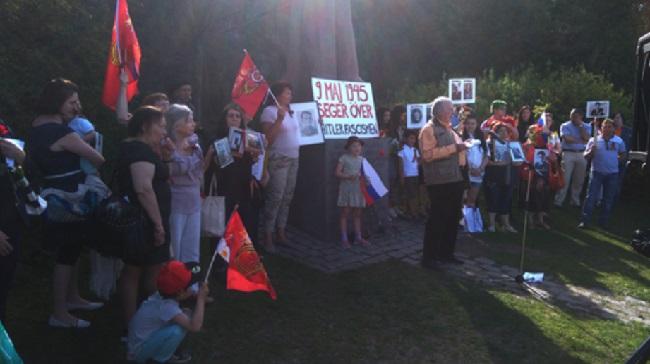 Jan Myrdal håller tal med anledning av Sovjetunionens seger över hitlerfascismen. Nyheter Idag publicerar talet i sin helhet. Foto: Skärmdump/8dagar.com