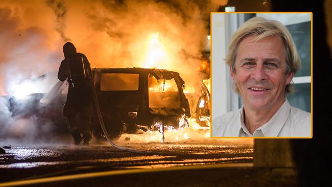 Den norske journalisten Anders Magnus (inklippt) tycker man ska berätta som det är i svenska förorter. I bakgrunden bild från Alby i södra Stockholm. Foto: Nyheter Idag samt Wikimedia Commons