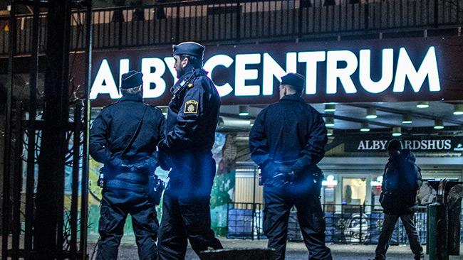 Poliser i Alby centrum. Bilden är tagen vid ett annat tillfälle. Foto: Nyheter Idag