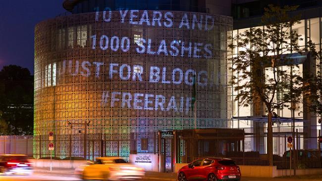 Tyska ljuskonstnärer prydde Saudiska ambassaden med slagord till stöd för den fängslade bloggaren Raif Badawi. Foto: Twitter