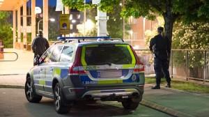 Polisen är på plats efter brandbomber kastats mot poliser i centrala Vårby. Foto: Nyheter Idag