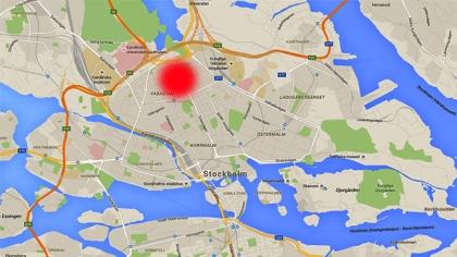 Kastade sten på polisen – Mitt inne i centrala Stockholm