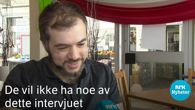 Sekunder senare i klippet tvingas Tino Sanandaji och det norska reporterteamet att lämna Husby då situationen blev ohållbar. Foto: Faksimil nrk.no