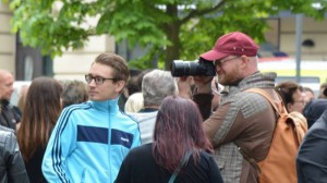 Carl Tullgren (t.v i blå tröja) och Mathias Wåg (t.h) med kameran på Folkets demonstration. Foto: Vänsterextremisterna