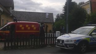 Polis och räddningstjänst på plats utanför boendet. Foto: Privat