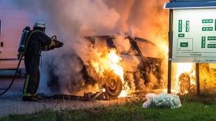 En bil brinner vid Tomtbergavägen i Norsborg. Foto: Nyheter Idag