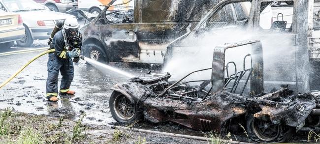 Flera bilar sattes i brand mitt på söndagen