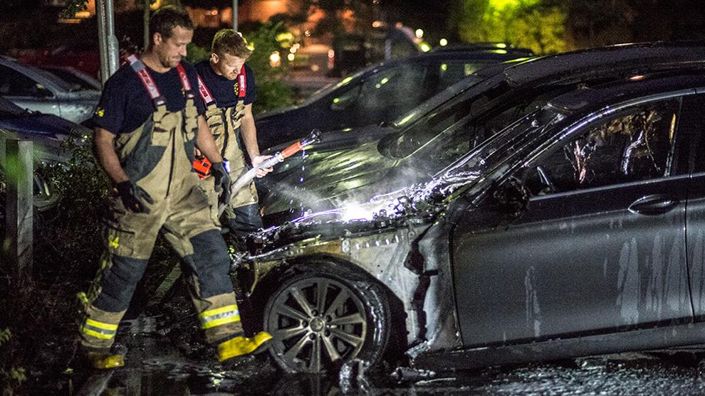 Fyra bilar skadades i nya bilbränder i Rågsved. Foto: Nyheter Idag