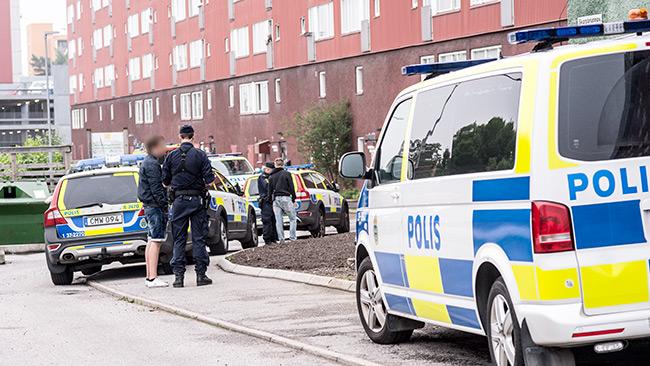 Poliser talade med ögonvittnen på platsen. Foto: Nyheter Idag