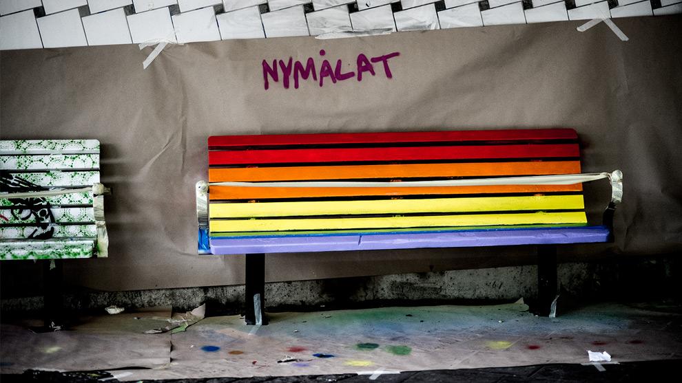 En bänk i Rissne är nymålad efter en brandattack med anledning av hat mot sexuella minoriteter. Foto: Nyheter Idag