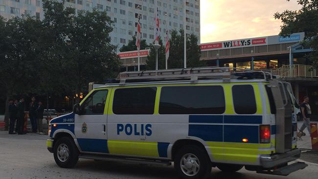 Polisen anlände till platsen efter larmet. Foto: Stefan Reinerdahl