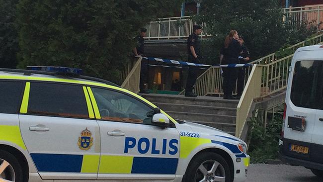 En passage utanför Willys är avspärrad av polis. Foto: Stefan Reinerdahl