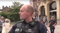 """De två knivbeväpnade männen skrek """"Allahu Akbar"""" då de skar halsen av prästen enligt uppgifter i flera medier. Foto: Faksimil Youtube"""