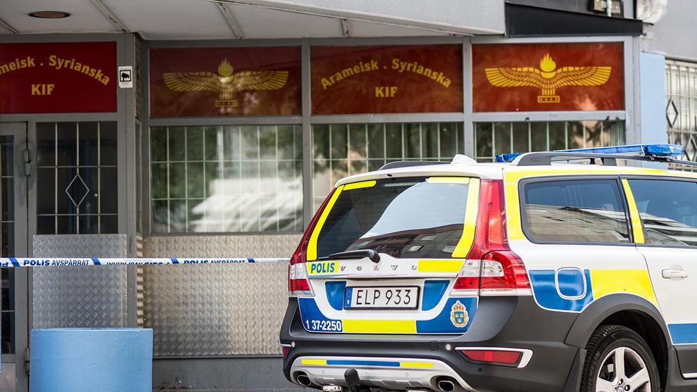 Området utanför lokalen är avspärrad av polis. Foto: Nyheter Idag