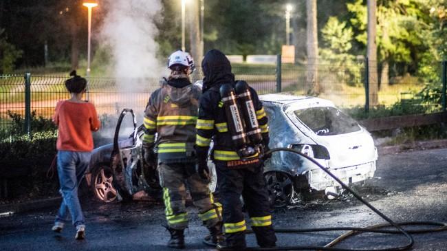 En bil stacks i brand i Huddinge. Foto: Nyheter Idag