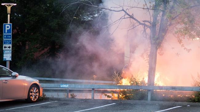 Bilbränder, stenkastning och brandbomber inatt – Kaos i utanförskapsområden