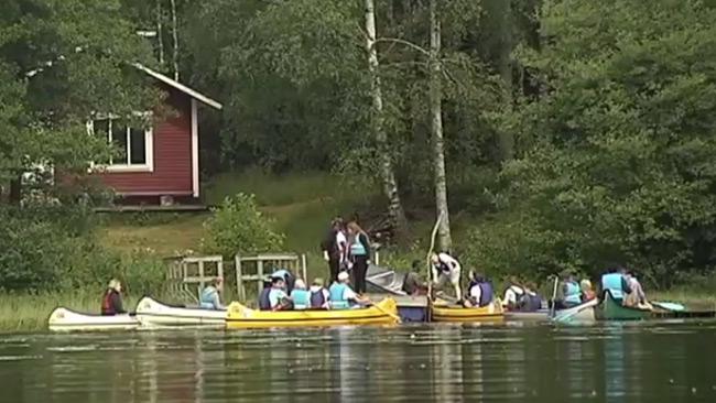 Paddla kanot verka ingå i arbetsuppgifterna. Foto: Faksimil ur SVT:s video