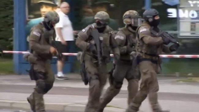 Nyhetsbyrån Reuters publicerar videobilder som visar polisens massiva insats.