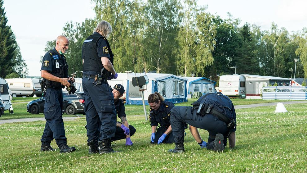 Polisen letade i gräset efter spår på campingen där skottlossningen ägt rum. Foto: Nyheter Idag