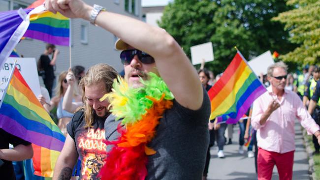 Regnbågsflaggan vajar. Foto: Nyheter Idag
