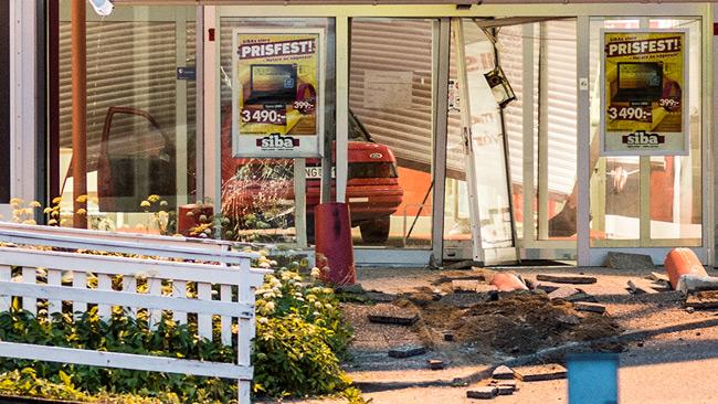En röd bil står i entrén. Foto: Nyheter Idag