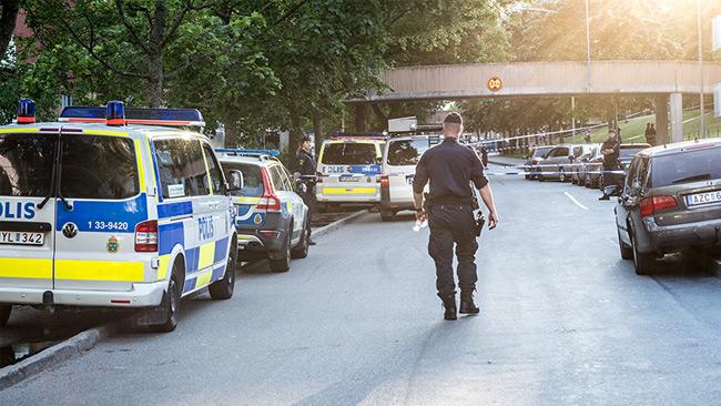 Polisen spärrar av ett område i Tensta efter att två män blivit skjutna, varav en dog. Foto: Nyheter Idag