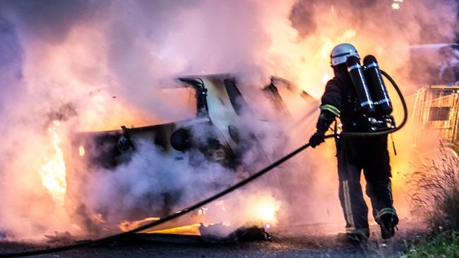 Våldsamt upplopp, bilbränder och attacker mot polisen inatt