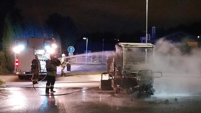 En arbetsmaskin brann i Tullinge. Foto: Thomas Gjutarenäfve