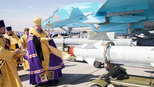En ortodox präst välsignar militärer som skyddar kristna i Syrien.