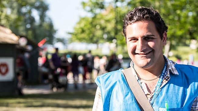 Rebar Alnazar i Almedalen 2014. I bakgrunden Vänsterpartiet. Foto: Nyheter Idag