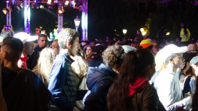 Festen i Kungsträdgården lockar många ungdomar