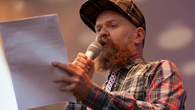 Alexander Bard håller tal vid Stockholm Pride 2013. Foto: Stockholm pride/Wikimedia commons