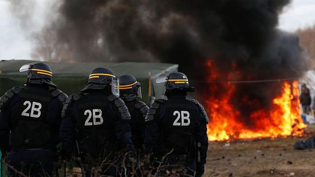 """Den franska polisen försöker stänga """"jungeln"""" i Mars 2016. Foto: Wikipedia Commons"""