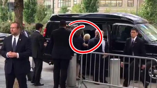 Här kollapsar Hillary Clinton – allt fångades på video. Foto: Faksimil Twitter