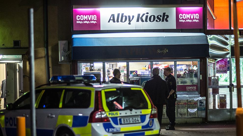 Polisen står utanför kiosken efter att den blivit utsatt för ett rån. Foto: Nyheter Idag
