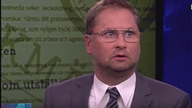 Henrik Arnstad kommenterar Vavra suk i Aktuellt. Foto: Svtplay.se