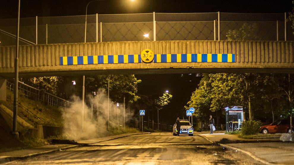 En smällare har precis kastats mot polisen i Hovsjö. Foto: Nyheter Idag