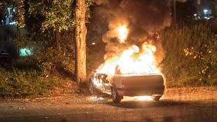 En bil brinner på parkeringen i Fittja centrum. Foto: Nyheter Idag