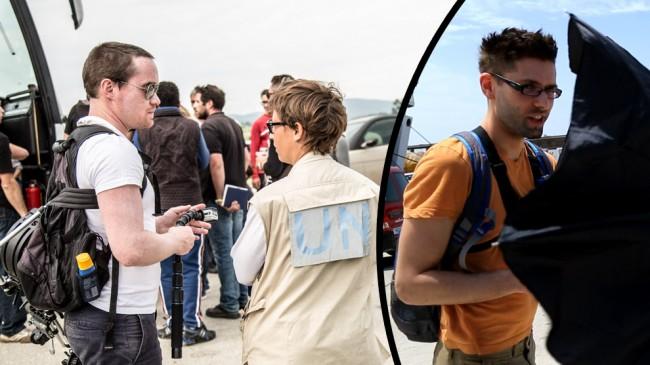 Ekeroth (t.v) på plats med kamerautrustning vid ett flyktingläger. Till höger Putilov som försöker gömma sig bakom ett paraply.