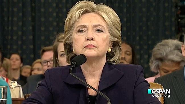 Hillary Clinton vittnar inför Benghazi-kommitten. Foto: Wikimedia commins