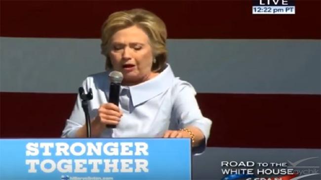 Här drabbas Hillary av plötsligt Trump-allergi. Bild från Youtube.