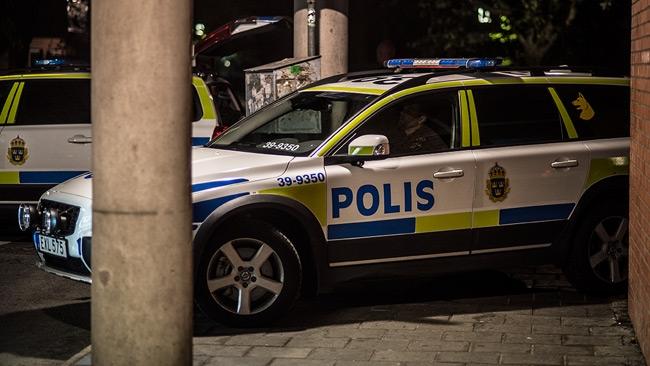 Kriget mot polisen inatt: Brandbomber, rusningar, vapen och försök till anfall i bakhåll