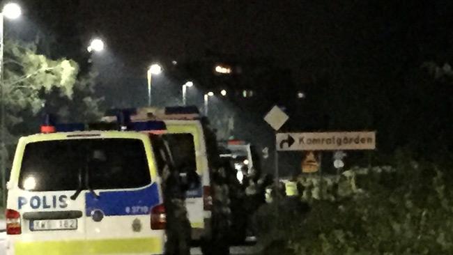 Polisen uppehöll sig i utkanten av området natten mot torsdagen. Foto: Privat